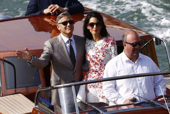 La pareja lució radiante durante un paseo en bote por Venecia.