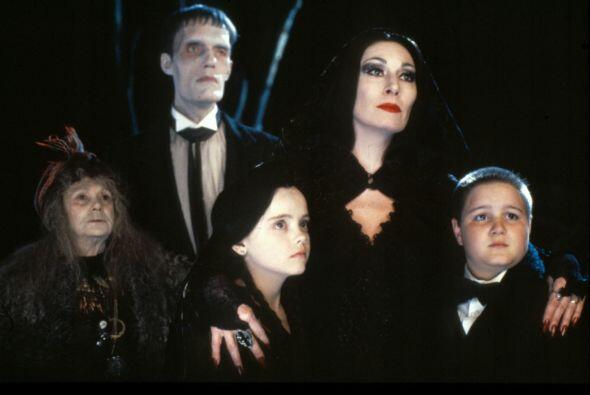 Vuelve a ser parte de la vida de esta familia poco común, que ama vestir...