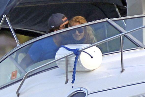 El par disfrutó de un paseo a bordo del bote de la cantante. Mira aquí l...