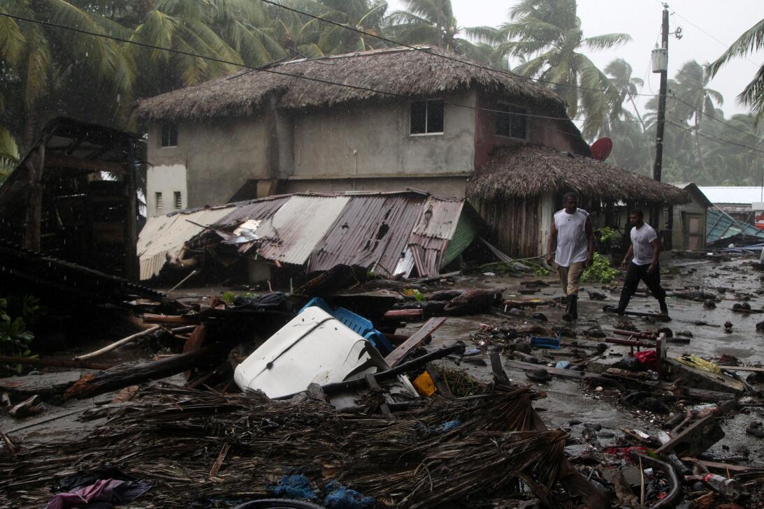 Algunas calles de Nagua quedaron cubiertas de escombros, entre ellos los...