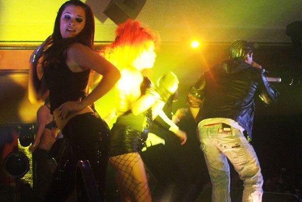 Los reggaetoneros pusieron a todos a bailar con su pegajosa musica.