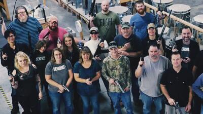 Empresa familiar regala armas a sus empleados por Navidad