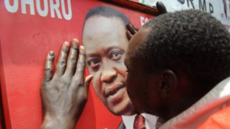 Uhuru Kenyatta, imputado por crímenes contra la humanidad, ganó oficialm...