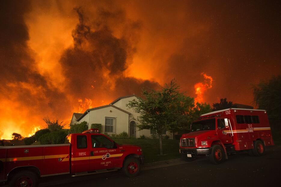 Unas 1,500 propiedades estaban amenazadas por el fuego en Santa Clarita.