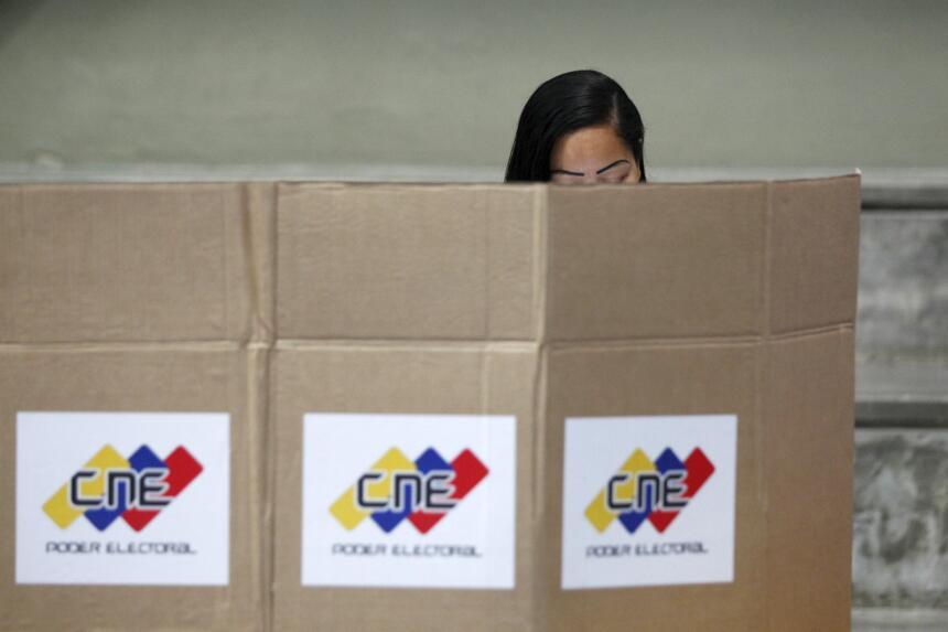 Una mujer en el proceso de votación en Caracas.