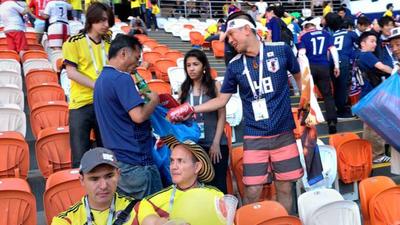 ¡Aplausos de pie! Hinchas de Japón y Senegal limpian estadios tras terminar los partidos