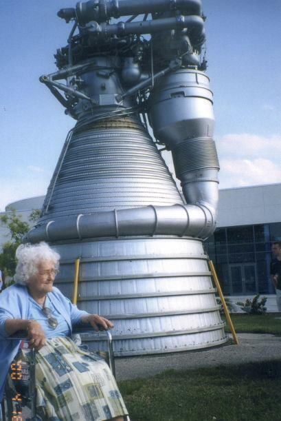 Aquí Annie visitó el centro de centro espacial Kennedy.