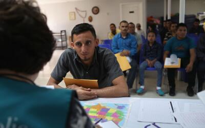 Decenas de personas reciben asistencia para solicitudes de asilo en McAl...