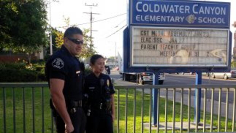 Efectivos de policía vigilan la escuela primaria luego del intento de se...