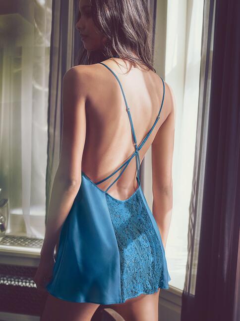 La hermosa supermodelo brasileña nos presume la nueva colección íntima d...