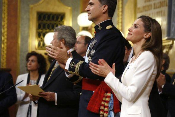 El nuevo rey expresó su solidaridad con quienes han sido afectado...
