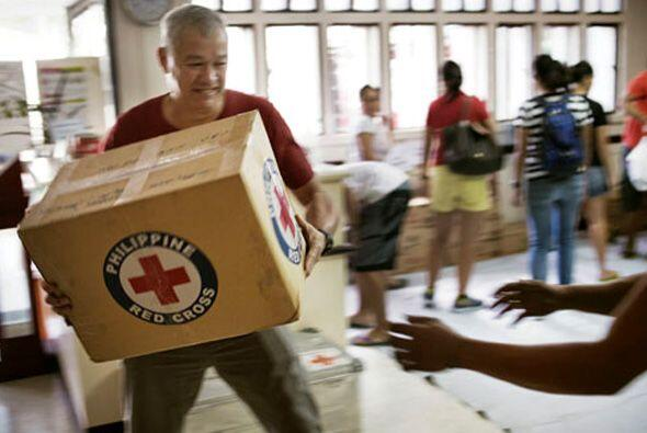 La ayuda internacional está llegando a Filipinas, para apoyar a l...