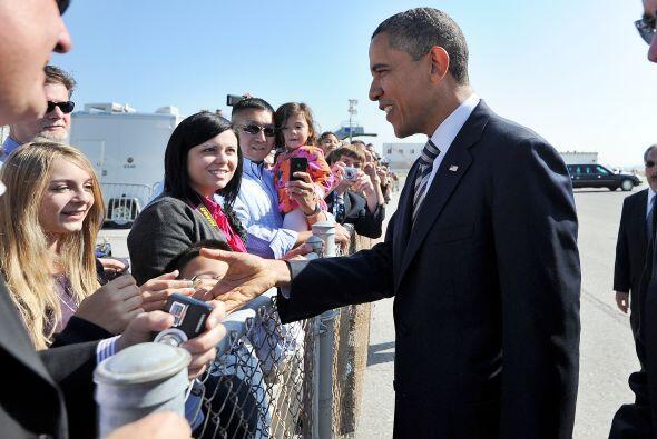 Obama se dirigió luego a un pequeño grupo que lo esperaba y saludó al al...