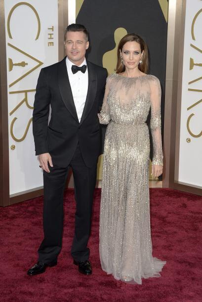 Angelina Jolie y su marido el actor Brad Pitt muy elegantes en el teatro...