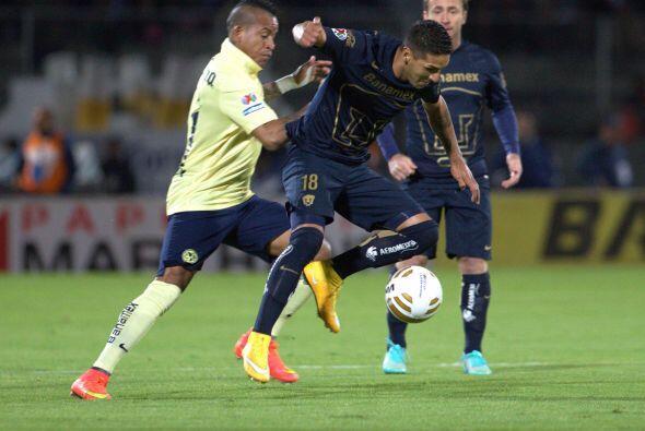 El argentino Ismael Sosa, de la UNAM, intenta evadir la marcación de Mic...