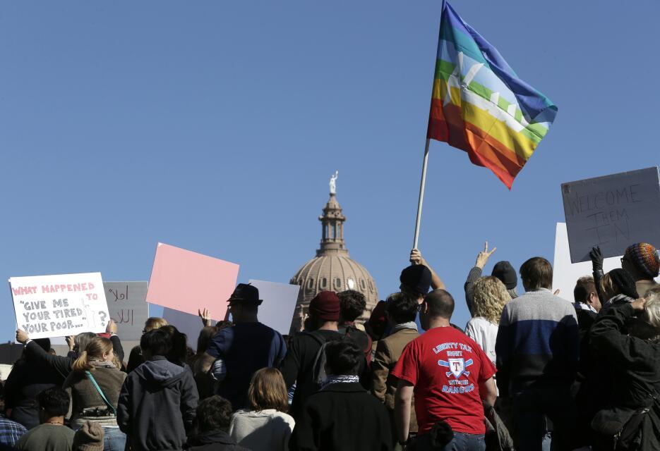 Cientos de personas se reunieron este domingo en la capital del estado p...