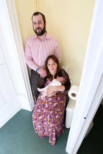 Con los paramédicos en la entrada del baño, Hannah ya había dado a luz a...