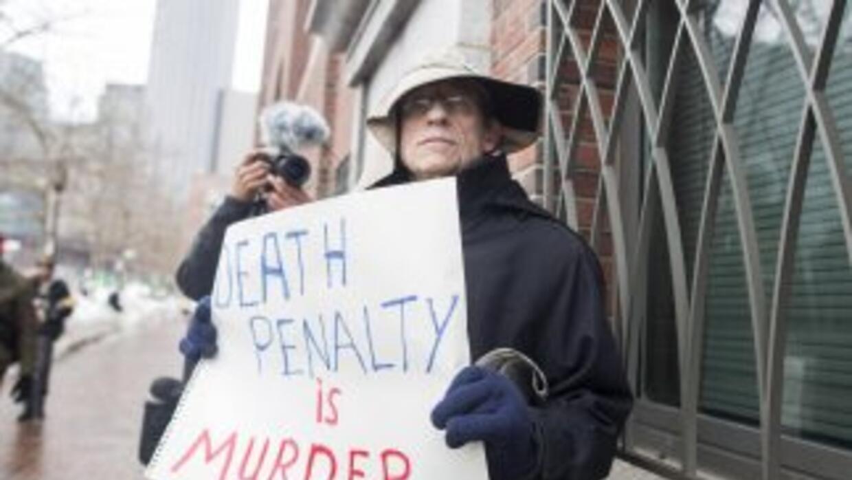 Un hombre protesta contra la pena de muerte en el primer día de juicio c...