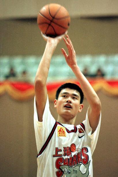 El jugador más alto de la NBA, con 7 pies y 6 pulgadas (2.29 m), llegó a...