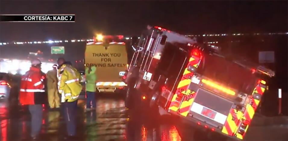 Febrero: Un camión de bomberos quedó volcado sobre la carr...
