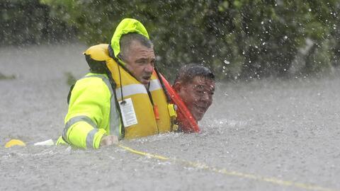 Un hombre es rescatado por la policía de su auto hundido en una a...