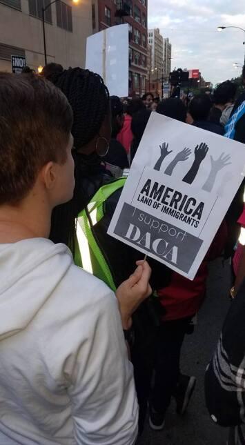 Decenas de manifestantes salen a las calles de Chicago para defender DACA