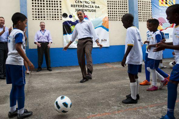 En el Centro Municipal de ´Ciudad de Dios´, Obama intercambió fútbol y r...