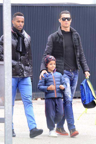Cristiano fue visto recogiendo a su pequeño nene de la escuela en Madrid.