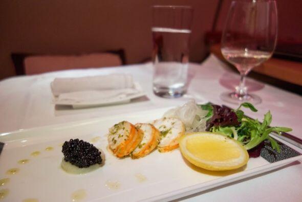 Llego la hora de la primera comida y la entrada es de caviar y una ensal...