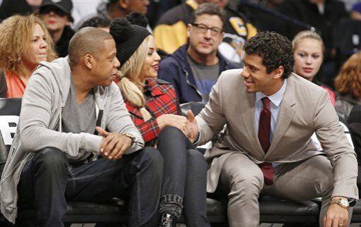 Russell Wilson disfrutó un partido de los Nets con Jay-Z y Beyoncé (AP-N...