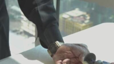 El hombre con las uñas más largas del mundo decide cortárselas tras 66 años