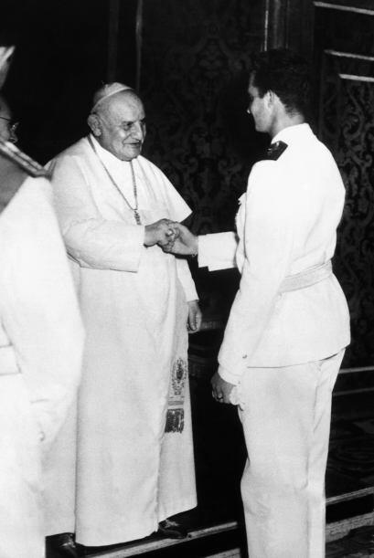 El Papa Juan XXIII saluda al entonces Príncipe, Juan Carlos de Borbón, d...