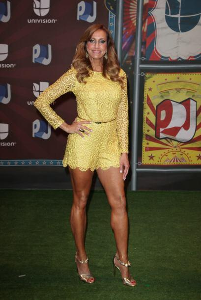 Lili Estefan sencillamente preciosa vestida de amarillo.