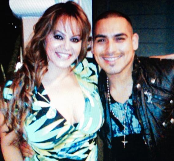 Con Jenni Rivera interpretó el tema 'No llega el olvido'.