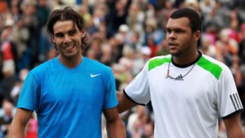Nadal y Tsonga se salundan al final del partido.