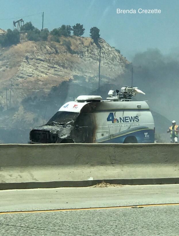 Camioneta de la televisora del Canal 4 de NBC alcanzada por las llamas.