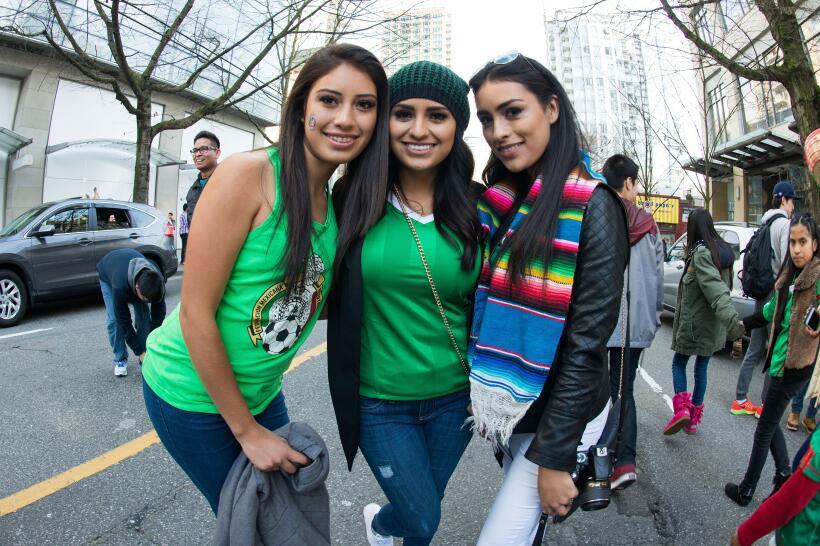 Las guapas fanáticas se hicieron presentes en Vancouver para disf...