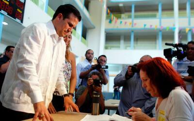 El gobernador Ricardo Rosselló en el momento de depositar su voto...