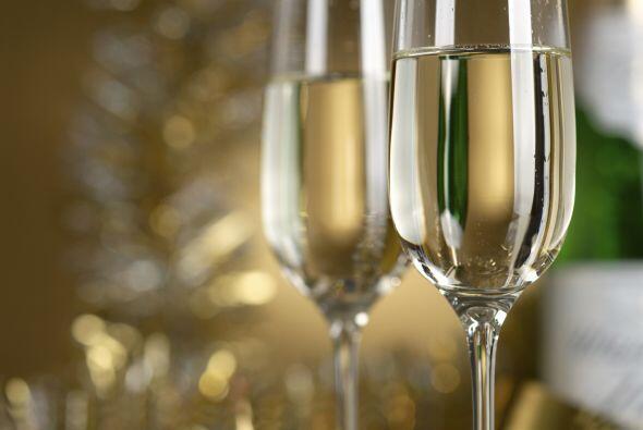Para una cena muy formal, el ofrecer champaña hablará bien de ti como an...