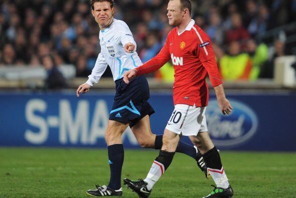 Rooney se quejó de esto, pero el árbitro no hizo demasiado...
