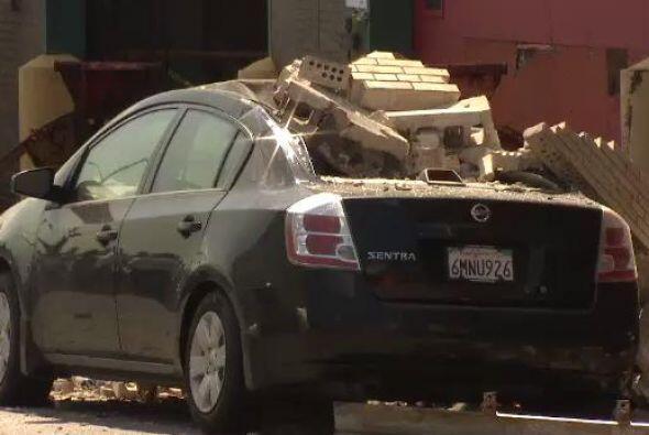El camión quedó colgando tras el accidente y causó severos daños a los a...