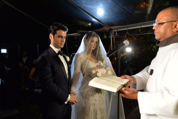 Vanessa y Jorge permanecían tomados de la mano y escuchaban muy emociona...