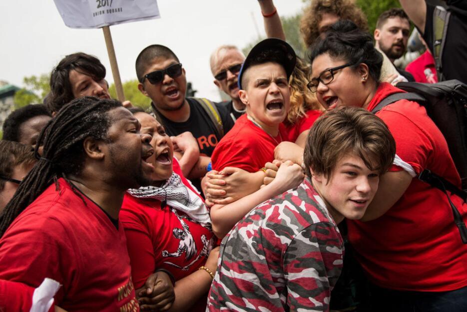 Manifestantes vivieron un momento tenso cuando intentaron sacar a un suj...