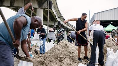 Entre sacos de arena y disfraces: así se preparan en Nueva Orleans para recibir el huracán Nate