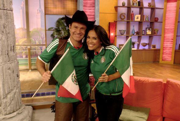 Alan y Karla se pusieron la verde. Había que apoyar a su selección en el...