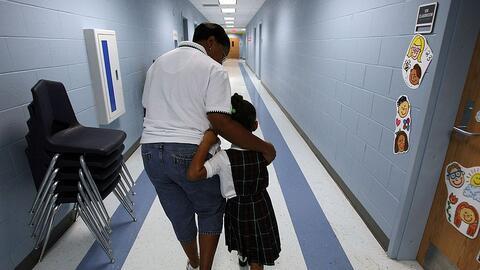 Imagen reciente de una maestra y una estudiante de kínder en una...