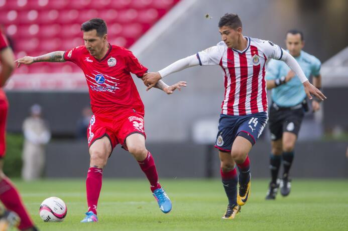 En duelo de golazos, Chivas cae en casa ente Lobos BUAP 20170926-4169.jpg