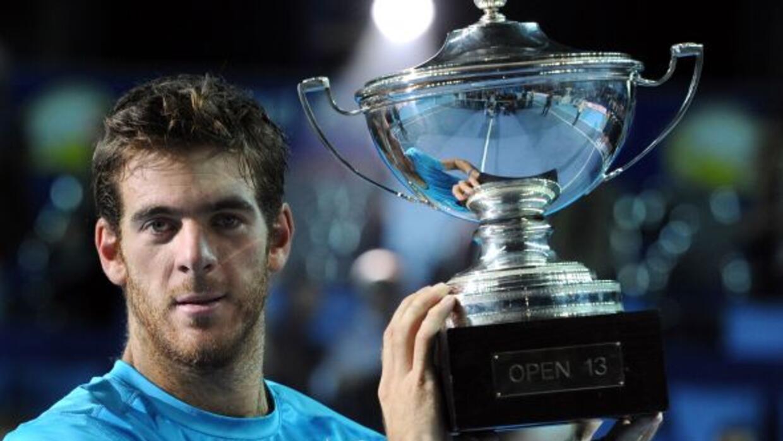 El argentino sostiene el primer trofeo del año conseguido en Marsella, d...