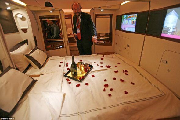 Y antes de dormir te traen te propia botella de champaña.  Los pétalos d...