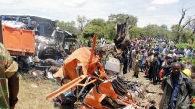 Decenas de personas quedaron atrapadas bajo el vehículo, lo que dificult...